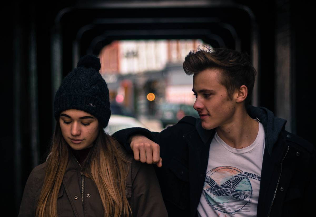 young-couple-in-city-at-night