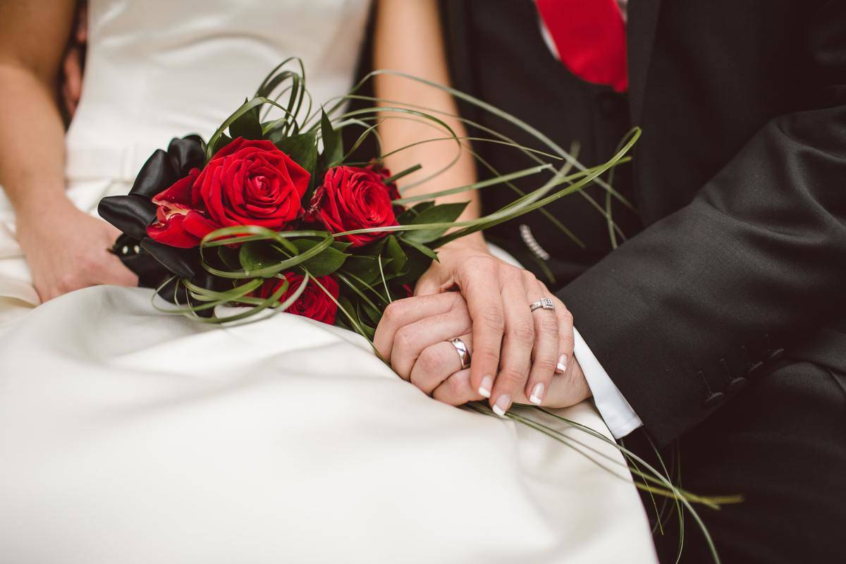 wedding photo with roses