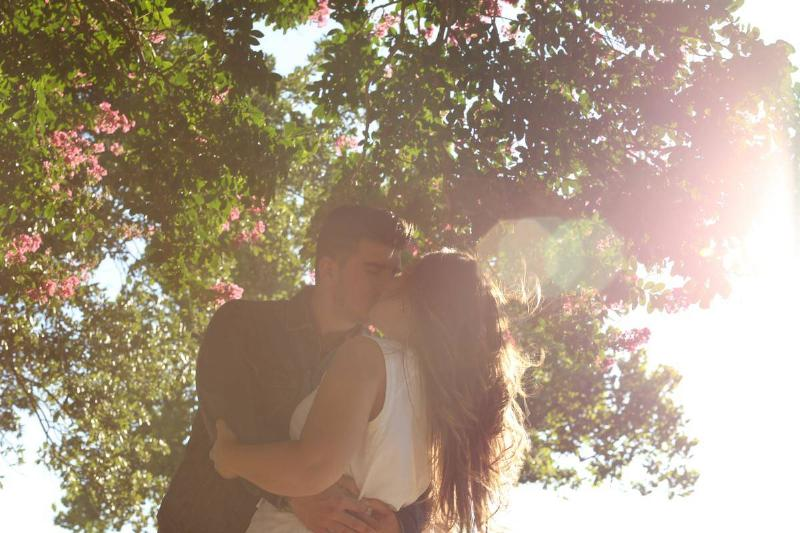 couple kissing under the tree