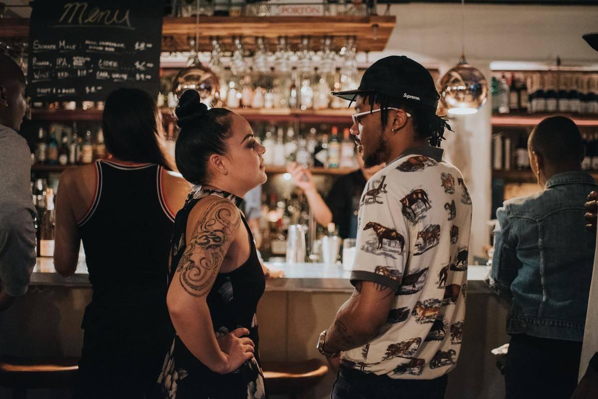 woman calls out man at the bar