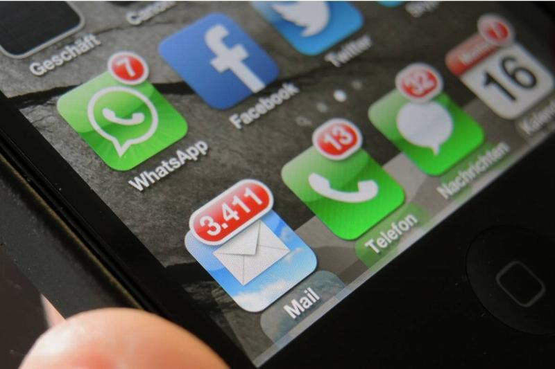 The display of an iPhone shows many unread mails and messages, missed calls