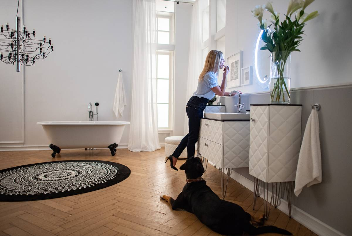 North Rhine-Westphalia, Location: Princess Maja von Hohenzollern stands in front of a mirror in a photo studio during a photo shoot of her new bathroom furniture