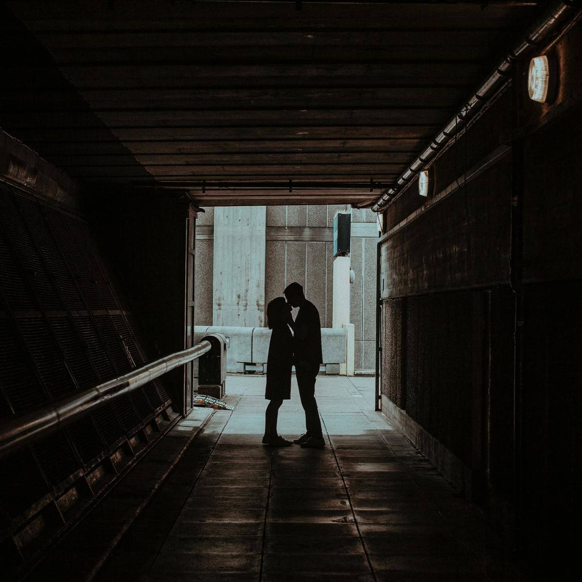 couple silhouette in alley