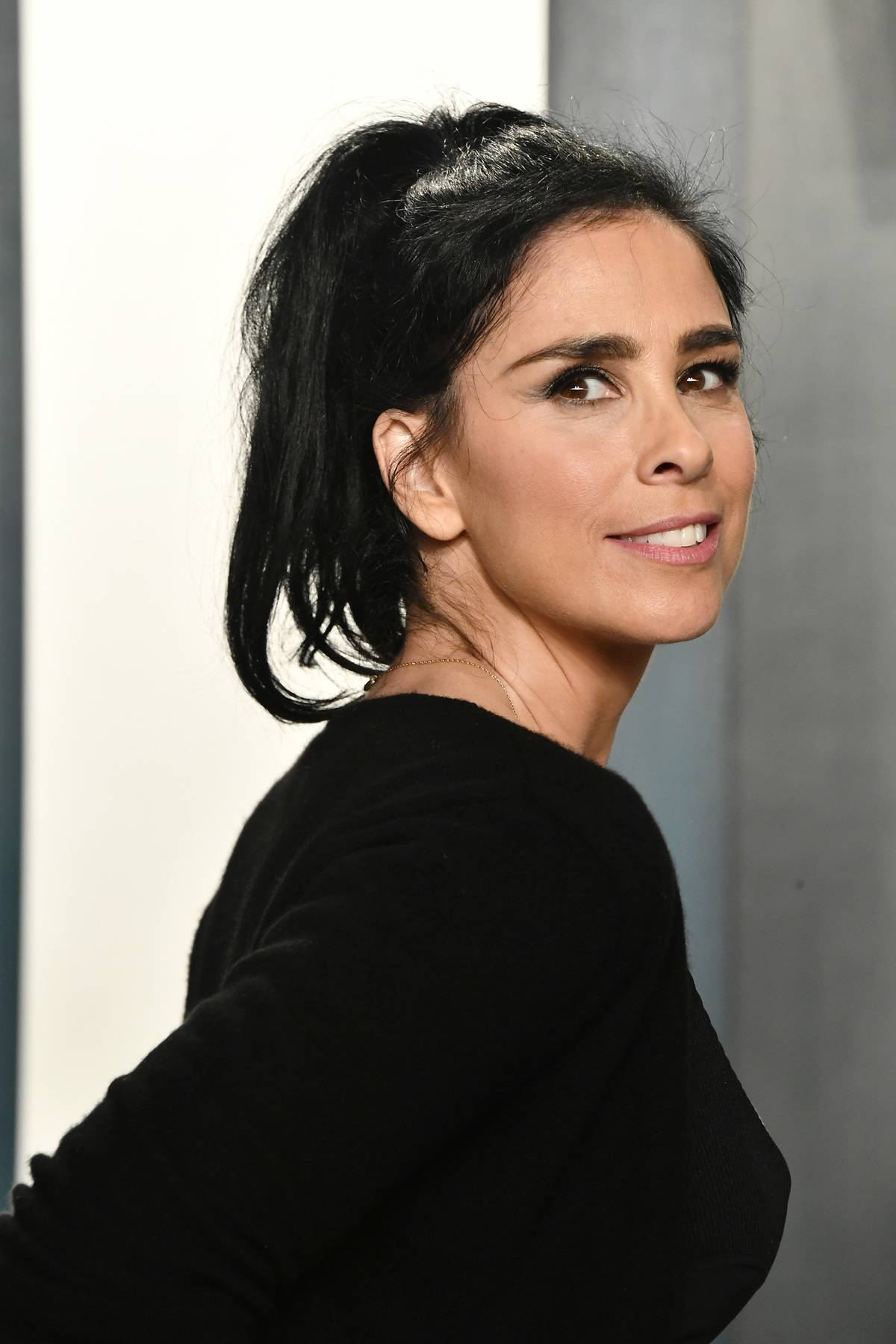 BEVERLY HILLS, CALIFORNIA - FEBRUARY 09: Sarah Silverman attends the 2020 Vanity Fair Oscar Party hosted by Radhika Jones at Wallis Annenberg Center for the Performing Arts on February 09, 2020 in Beverly Hills, California